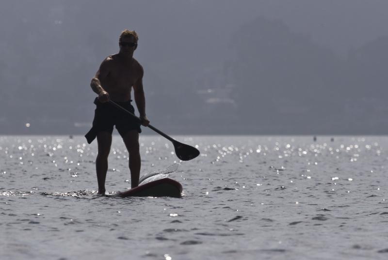 Hacer paddle surf en la playa