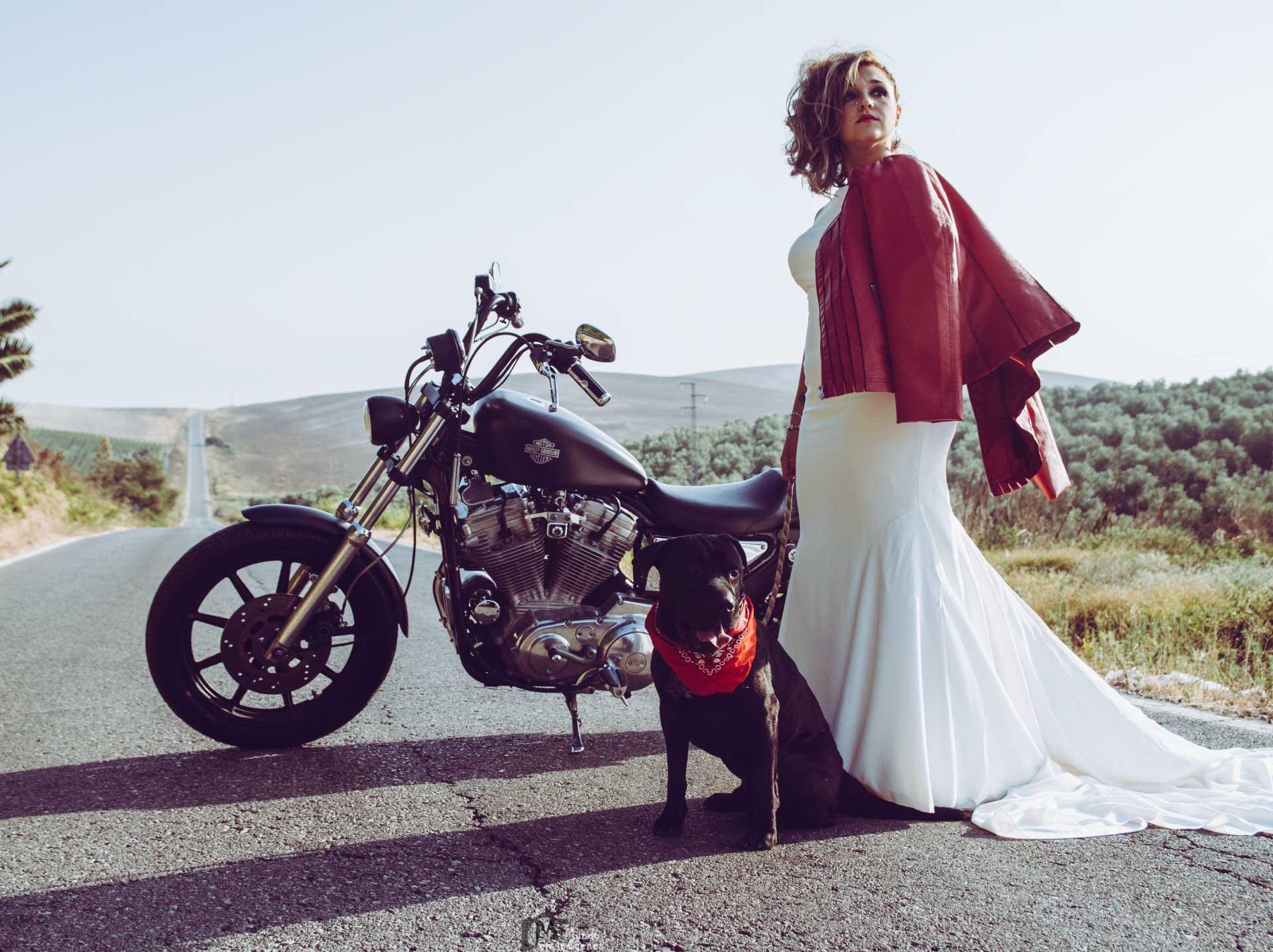 novia en una Harley Davidson